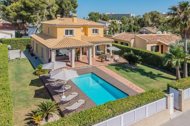 Frontline villa for rent in Puerto de Alcudia, Majorca