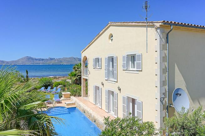 Charming frontline villa next to the beach and sea views, Puerto de Alcúdia