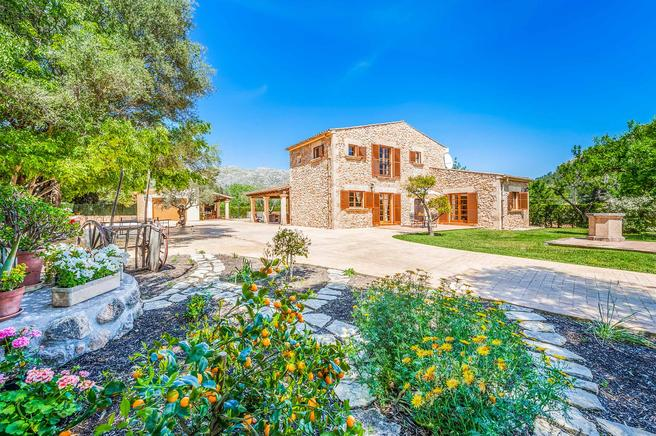 Can Barraquer is a villa with traditional character in Pollensa, Mallorca