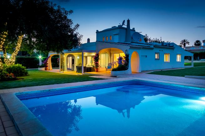 Holiday rental of spacious villa with large pool, large garden. Near the beach.
