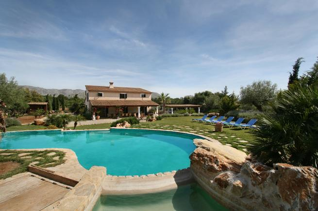 Luxurious country homes with pool just 3 km from Pollensa and the beach.