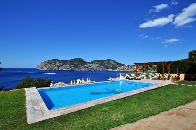 Seafront villa for rent overlooking the bay in Port de Andratx